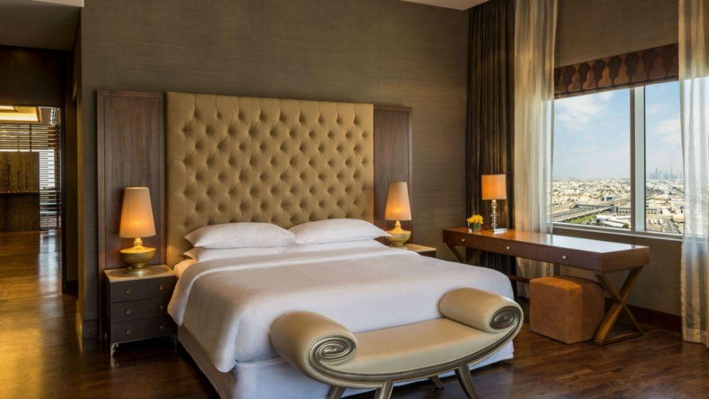 she3889gr-153679-royal-suite-bedroom-1600x900